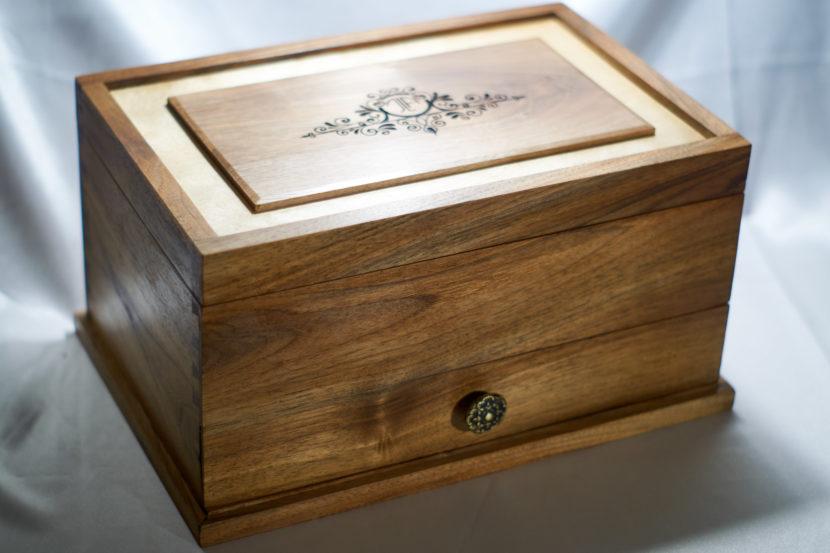 19 4 20 0001 medium  MJD 830x553 - Ročno izdelana lesena škatla za nakit